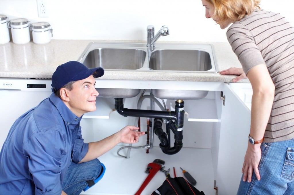 Un plombier et sa cliente