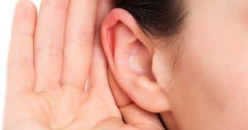 Une personne atteinte d'un trouble auditif