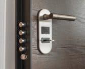 Comment bien installer une serrure de la porte d'entrée ?